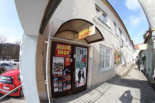 Obchod na námestí v Banskej Bystrici s metalovými tričkami...