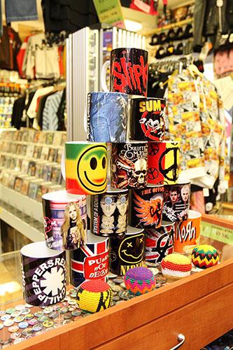 Predajna s hudobnými doplnkami CD, DVD a metalovými tričkami v Banskej Bystrici
